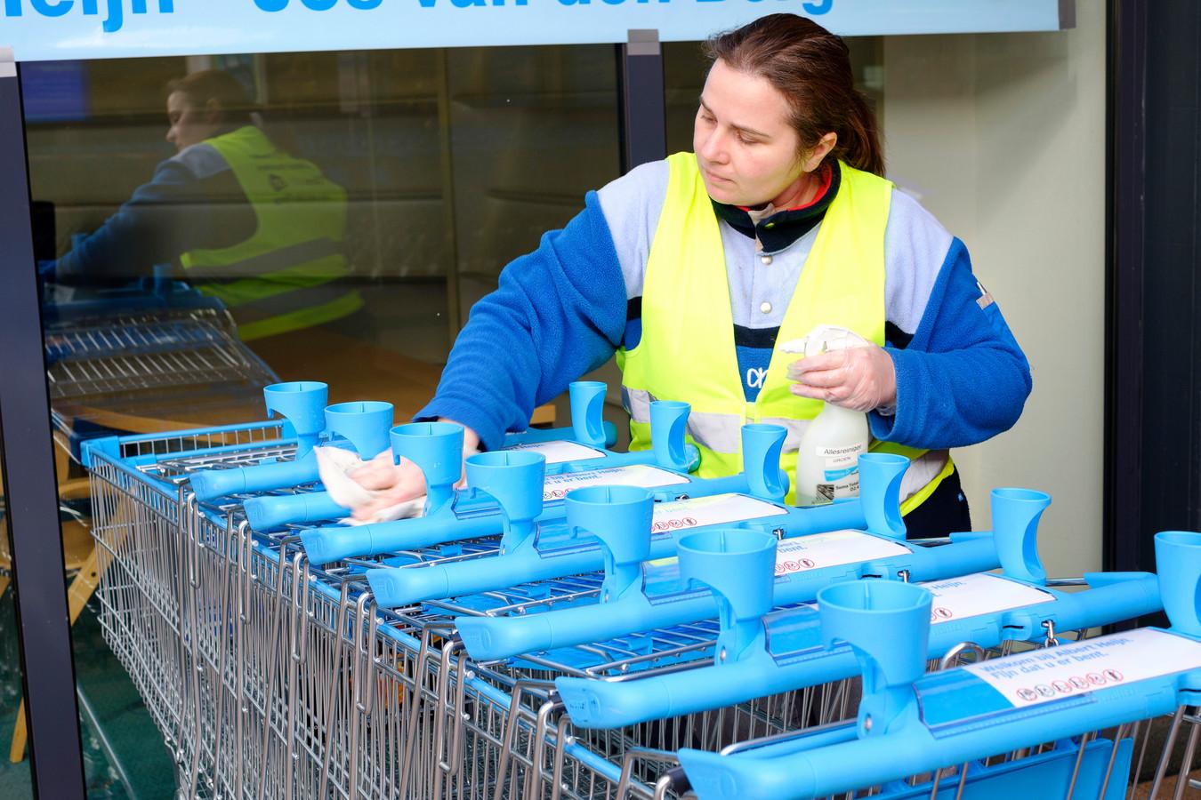 Albert Heijn komt met schoonmaakstations voor mandjes en wagentjes dat het reinigingswerk van personeel tijdelijk kan overnemen.