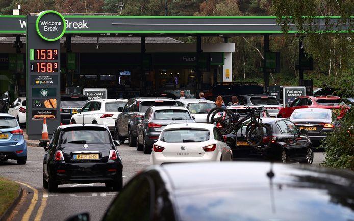 Doordat brandstof niet tijdig aan de benzinestations geraakt, ontstaan er ellenlange files in het VK