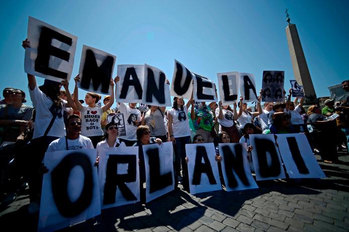 Demonstranten gisteren tijdens een herdenkingsmoment voor Emanuela.