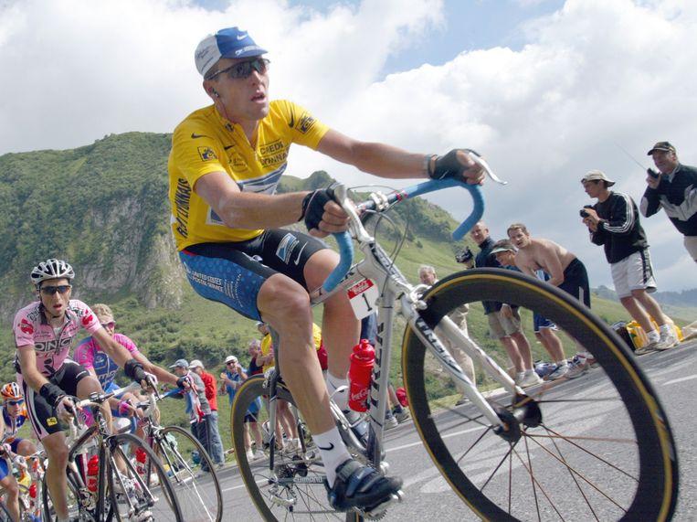 Lance Armstrong rijdt als leider over de Col de la Colombière tijdens de Tour van 2002. Hij won in total zeven keer de Ronde van Frankrijk, maar werd later uit de uitslag geschrapt wegens doping. Beeld AP