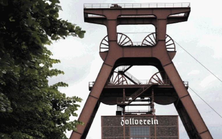 De trappen van het nieuwe Ruhrmuseum (van Rem Koolhaas) in Essen. Rechtsboven: de walmen uit de schoorstenen zijn nu schoon. Rechtsmidden: Een zaal in de Villa HÃ¿gel (het paleisje van de familie Krupp) bij Essen. Rechtsonder: De maan in de gashouder van Oberhausen. (Trouw) Beeld EPA
