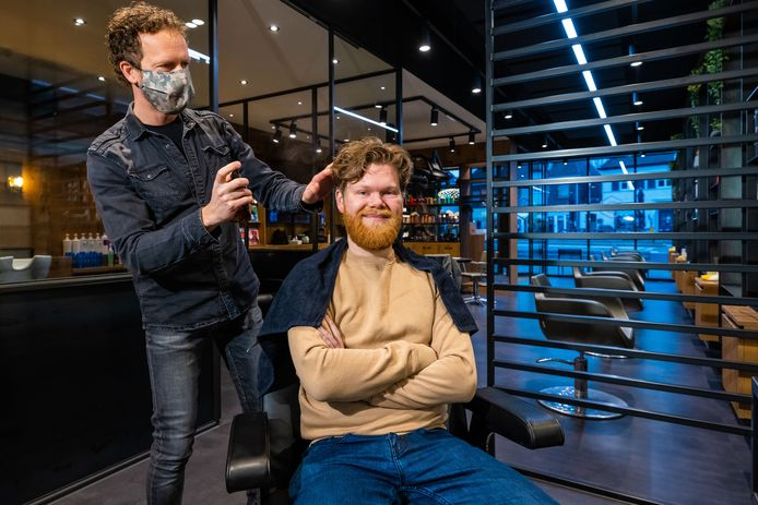 Bas Pijnenburg van BAS kappers in Vlijmen is weer geopend, om 7.00 was Evert Harmeling zijn eerste klant in maanden.