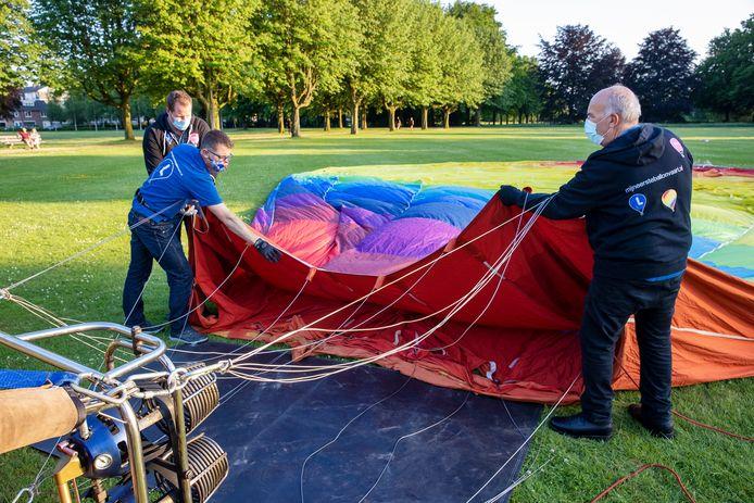 De ballon wordt gevuld met lucht.