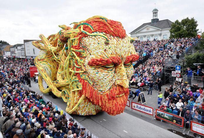 Ter ere van de sterfdag van Vincent van Gogh had het corso hem als thema van het jaarlijkse bloemencorso. De wagen van buurtschap Klein Zundert/Heikant. Foto: Joyce van Belkom/Het Fotoburo