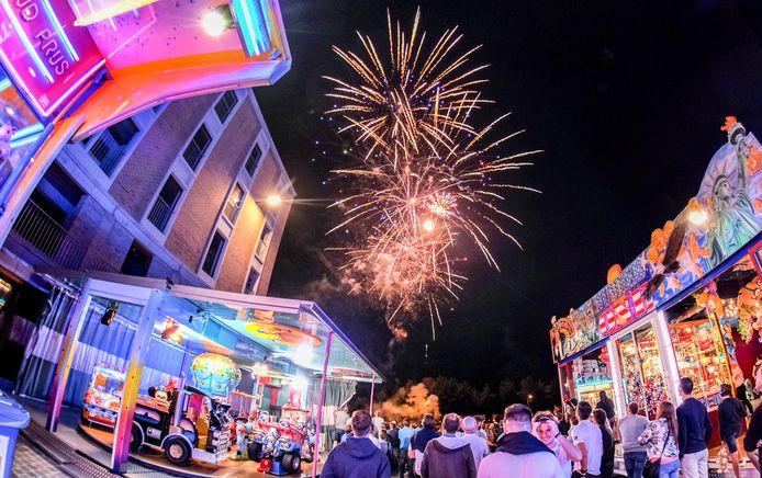 Op de Leieboorden ter hoogte van het Marktplein werd zaterdagavond een feestelijk vuurwerk ontstoken.