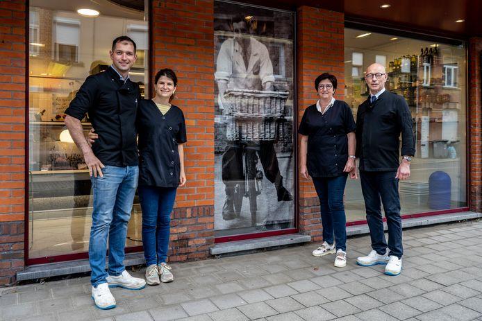 Fréderic Rosseels met zijn vrouw Tine en Philippe en Ann Rosseels (rechts) dragen de familieslagerij over aan de familie Brusselmans.