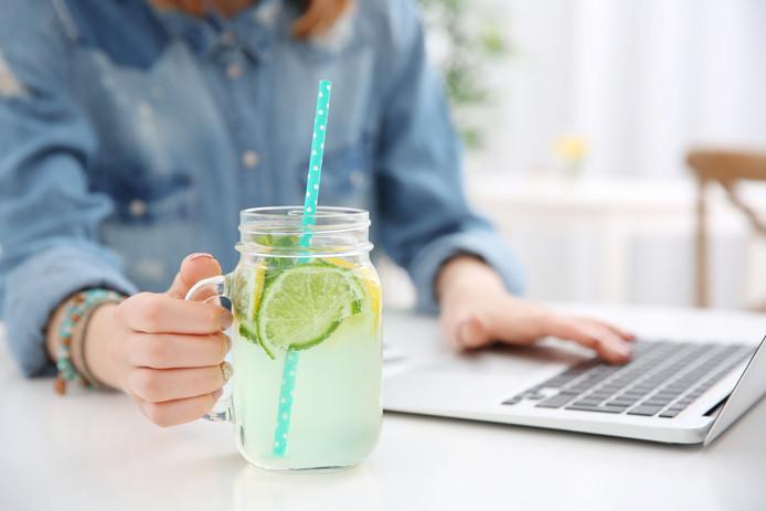 Een glas limonade naast de laptop vormt een risico. Vaak ben je niet verzekerd in geval van schade.