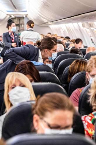"""REPORTAGE. Vlaamse stewards en stewardessen geradbraakt door eindeloze mondmaskerdiscussies: """"Gij moet mij serveren, niet commanderen"""""""