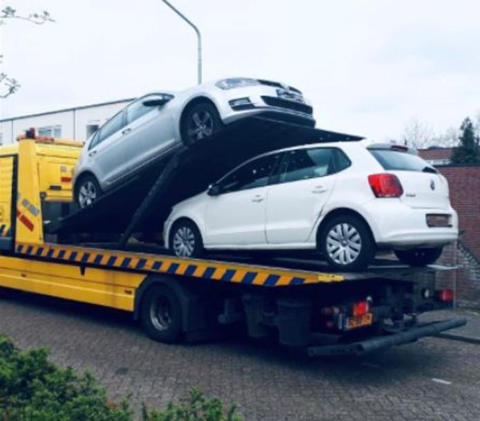 De politie nam dertien auto's, een camper en een motor in beslag, met een totaalwaarde van ruim 200.000 euro.