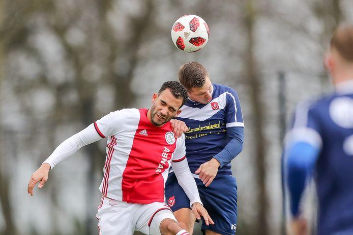 Jake Wollgarten - links, namens Ajax tegen Harkemase Boys - speelt de komende twee jaar bij VVOG in Harderwijk.
