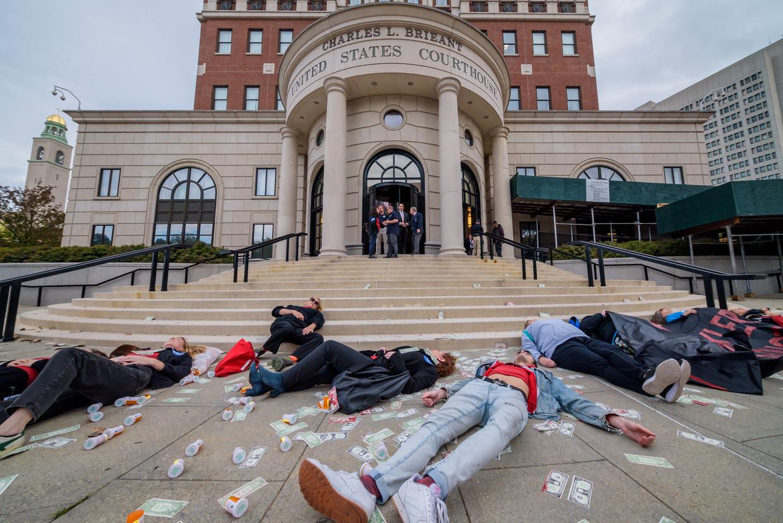 Demonstranten houden een 'die-in' voor de rechtbank waar een zaak rond Purdue Pharma dient. Beeld LightRocket via Getty Images