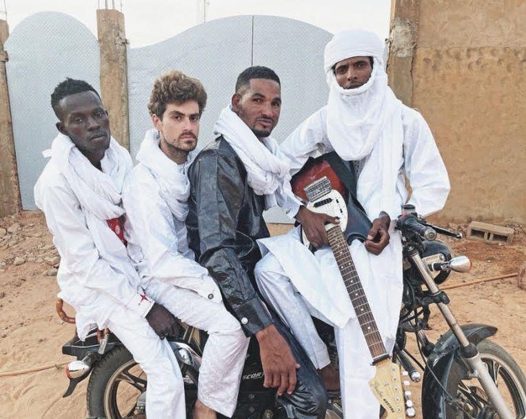 Mdou Moctar (rechts) en zijn band uit Agadez. Beeld