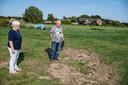 Eddy Grauwmeijer en zijn moeder Toos bij de kale plein in de wei, waar hun paard Jim toegetakeld werd aangetroffen en later overleed.