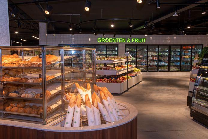 De dagverse bakkerij en groenten- en fruitafdeling hebben een prominente plaats in de nieuwe zaak.