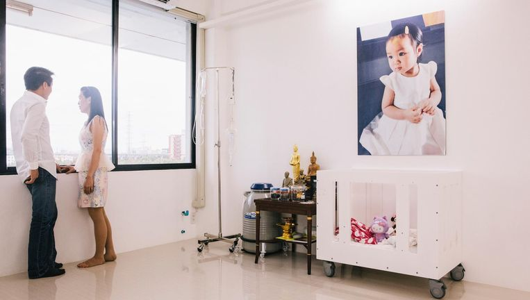 De ouders van Matheryn, Naovaratpong, die op 2-jarige leeftijd stierf aan een zeldzame hersentumor, hebben haar lichaam in Bangkok laten invriezen in de hoop dat toekomstige medische ontdekkingen haar weer tot leven zullen wekken. Beeld Hollandse Hoogte/Redux Pictures