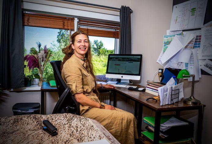 Beleidsadviseur Marianne Sinnema adviseert mensen om bij twijfel over recht op coronasteun via de TONK-regeling, gewoon de telefoon te pakken.