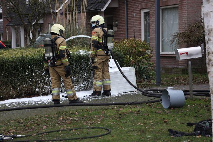 De droogtrommel en verbande kleding liggen buiten. Een attente buurman in Venhorst voorkwam groter leed.