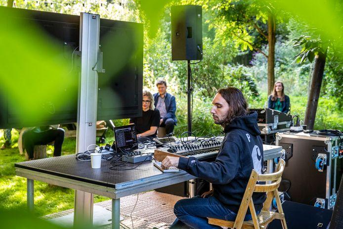 Muzikant Jameszoo achter de knoppen bij de première van 'Another Green World' op landgoed De Wielewaal.