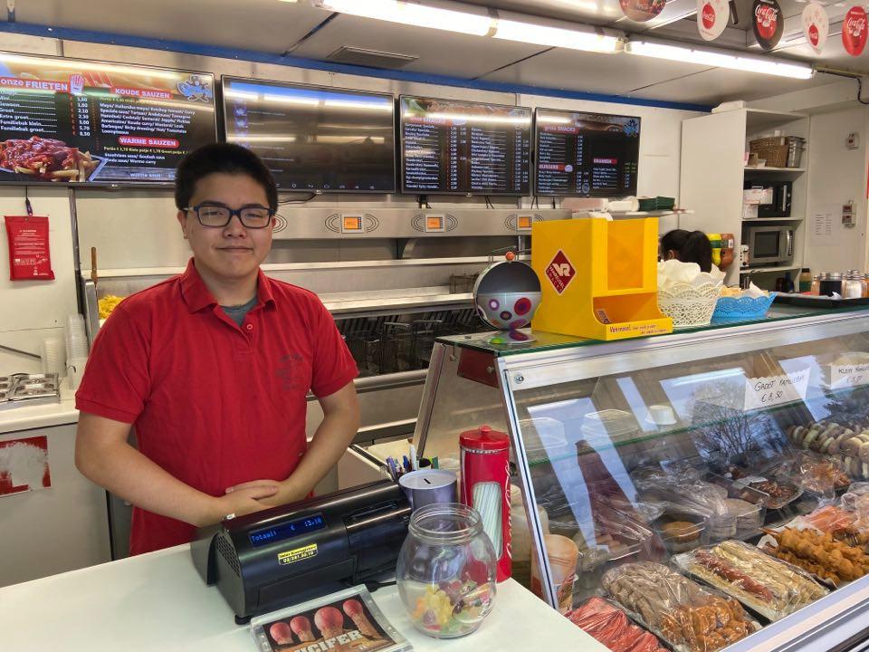 Claudio Chen (21) runt samen met zijn ouders Frituur Den Bever.