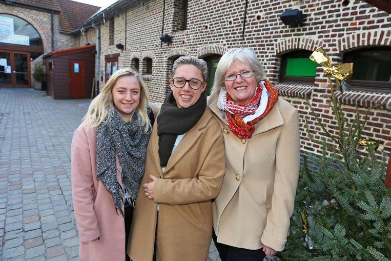 Venessa De Paduwa (centraal) met dochter Inoa (links) en 'monument' Eliane Laurent (rechts) aan het 'Spechteshof'.