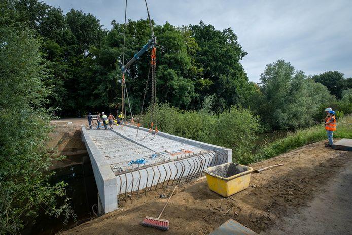 De fietsersbrug aan het Tivolipark werd op 8 juli geplaatst.