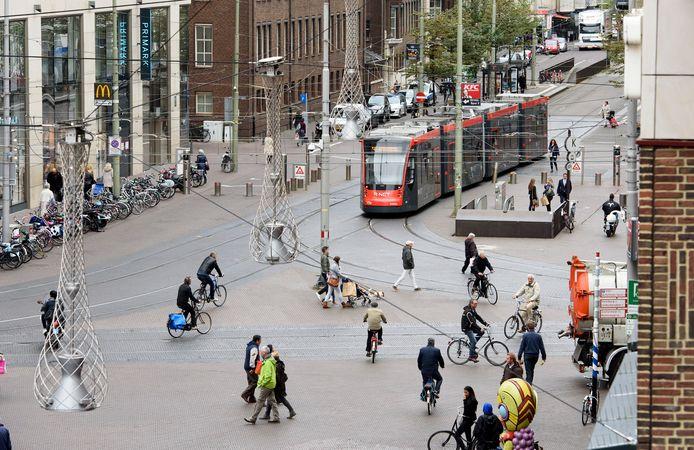 Trambestuurders moeten, vooral op dit soort onoverzichtelijke plekken, vaak op de rem stappen om te voorkomen dat andere weggebruikers onder de tram komen.