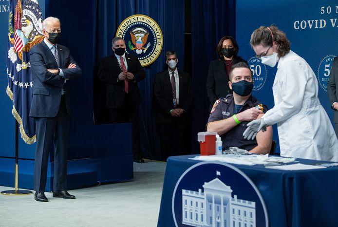 De kaap van 50 miljoen vaccins in de VS is donderdag gerond. Het Witte Huis organiseerde een event waar enkelen hun prik kregen in bijzijn van president Joe Biden en vicepresident Kamala Harris.