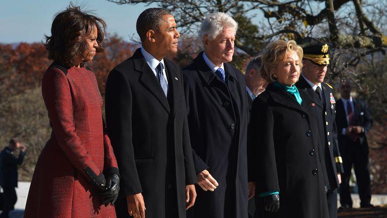 Michelle en Barack Obama, samen met Bill en Hillary Clinton op de foto in 2013, tijdens een herdenking van voormalig president, wijlen John F. Kennedy. Beeld AFP