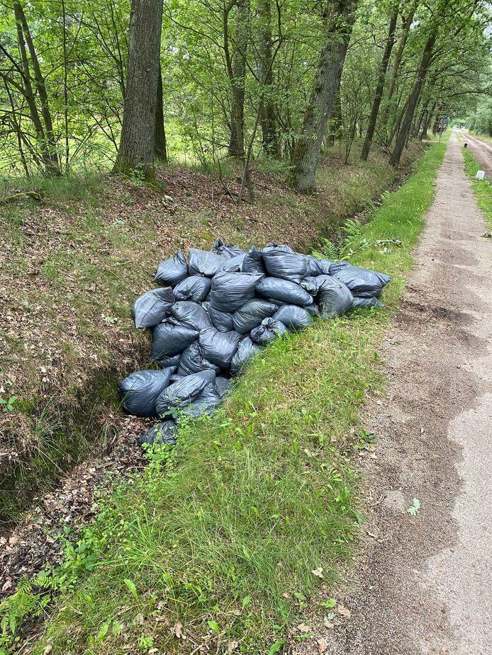 De vuilniszakken zijn illegaal gedumpt in het buitengebied tussen Enschede en Haaksbergen