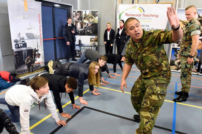 Enkele scholieren ontdekken de carrièremogelijkheden bij Defensie.
