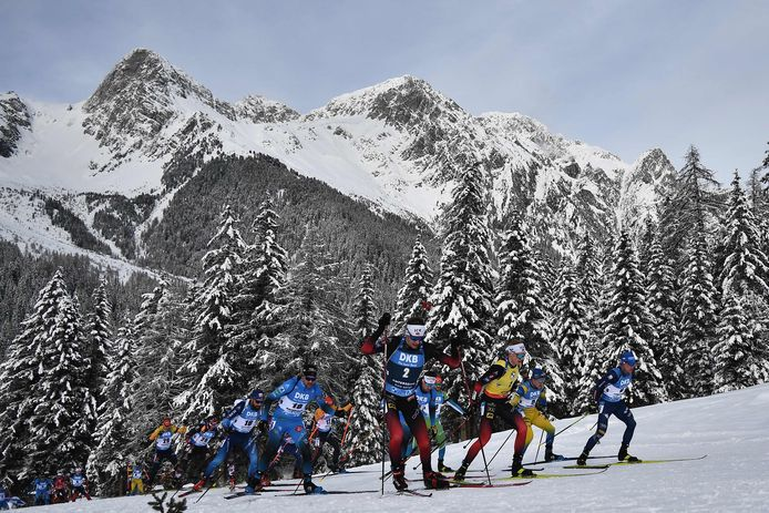 Biatlon is een combinatie van langlaufen en schieten.