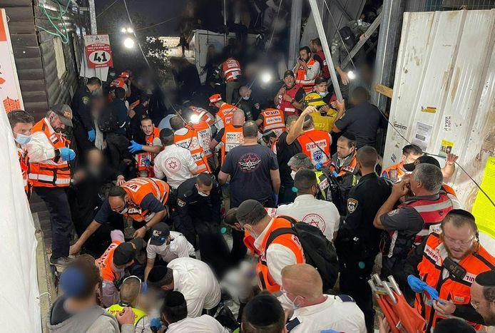 Reddingswerkers proberen mensen te helpen na de massale verdrukking.