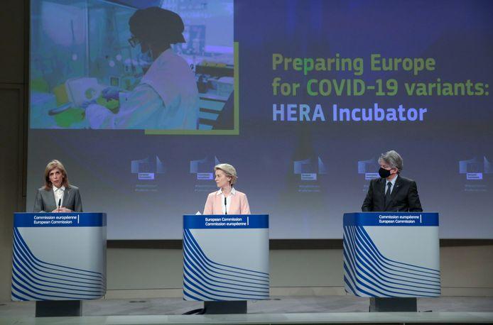 Europees Commissievoorzitter Ursula von der Leyen (C), Eurocommissaris Stella Kyriakides (L) en Eurocommissaris Thierry Breton.