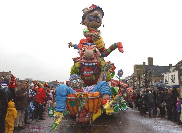 Carnaval in Sas van Gent. Kan volgens Sassenaar Carlo de Groff ook prima in de zomer.