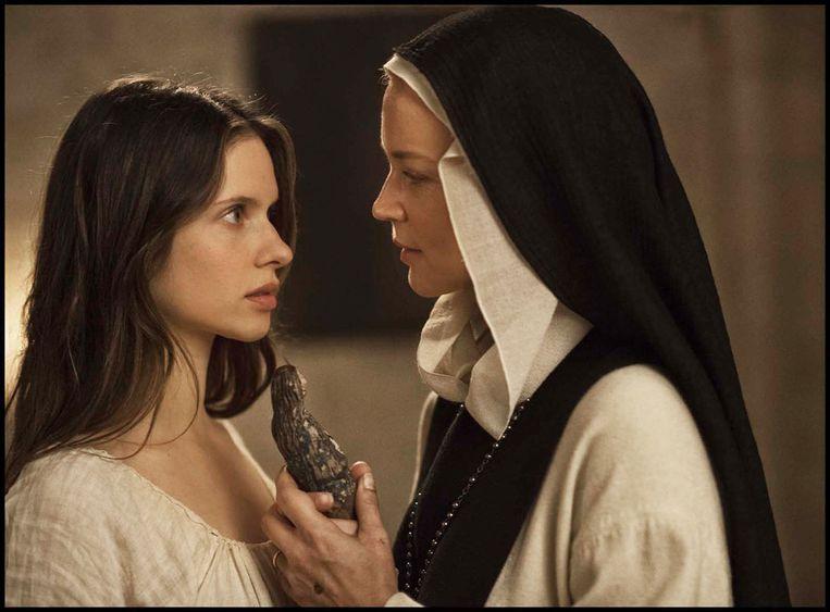 Het veelbesproken Mariabeeldje annex seksspeeltje in 'Benedetta'. 'Godslastering? Het was bedoeld om de zaak luchtig te houden in een verder zware, beladen scène.' Beeld DR
