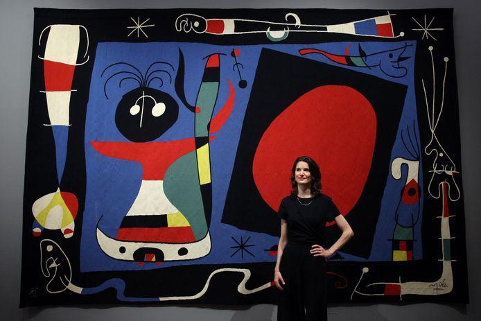 Nathanja Van Dijk , directeur Kunsthal, had graag afgelopen weekeinde Extra Large geopend. De tentoonstelling met grote wandkleden naar ontwerpen van beroemde kunstenaars is tot nader order uitgesteld in verband met de coronamaatregelen. Op de foto achter Van Dijk een kleed naar ontwerp van Joan Míro.