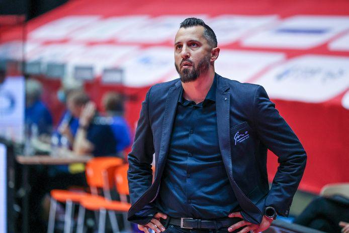 Coach Matthew Otten van Yoast United in sportcentrum Maaspoort actief tegen Heroes Den Bosch.