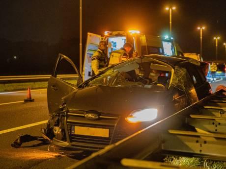 Vijf jongeren (zwaar) gewond na nachtelijke crash op A50