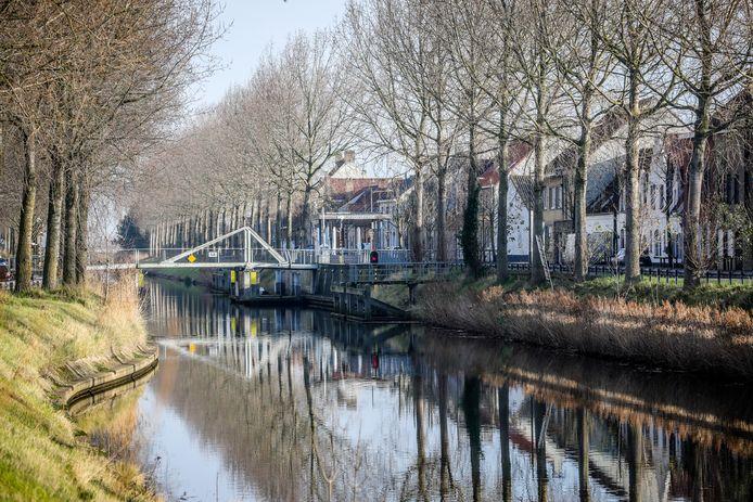 Het kanaal tussen Veurne en Nieuwpoort, een ideaal decor voor een fietstocht tussen beide steden.