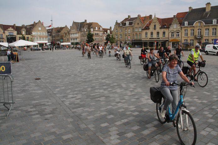Ruim 100 inwoners van Esen fietsen naar Diksmuide om de gevaarlijke situatie voor fietsers onderweg aan te kaarten.