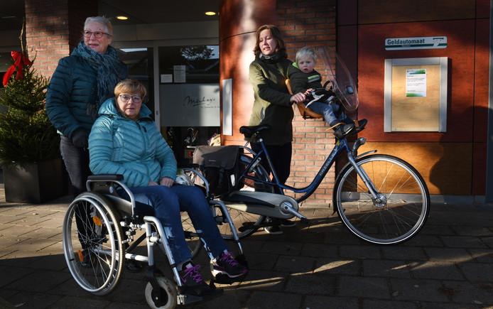 Van links naar rechts: Truus Eits, Carla Potappel en moeder met kind Carlijn Nieuwenhuis moeten voortaan naar Doorn voor papiergeld