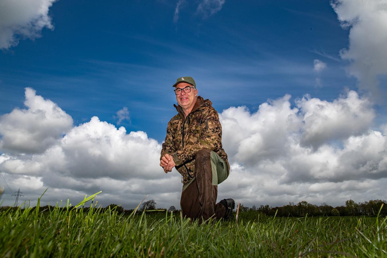 Bertwin Elshof, in het natuurgebied Lierderbroek. Hij maakt zich met name dit jaar grote zorgen over de nesten van de weidevogels. De vos mocht vanwege de avondklok niet worden bejaagd. Nu heeft het dier goede dekking door het hoge gras. ,,We lopen achter de feiten aan.''