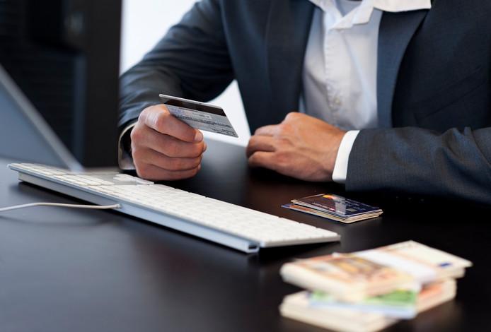 Het spelen op goksites begon bij de Ambachter met zijn eigen creditcard. Later gebruikte hij geld van bedrijven waar hij werkte.