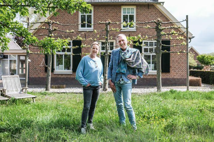 De Meilandjes voor hun boerderij in Hengelo.