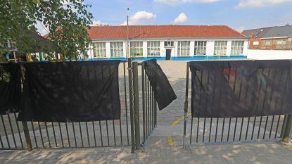 School in verzet tegen nakende overname: leerkrachten en schoolpoort kleuren zwart