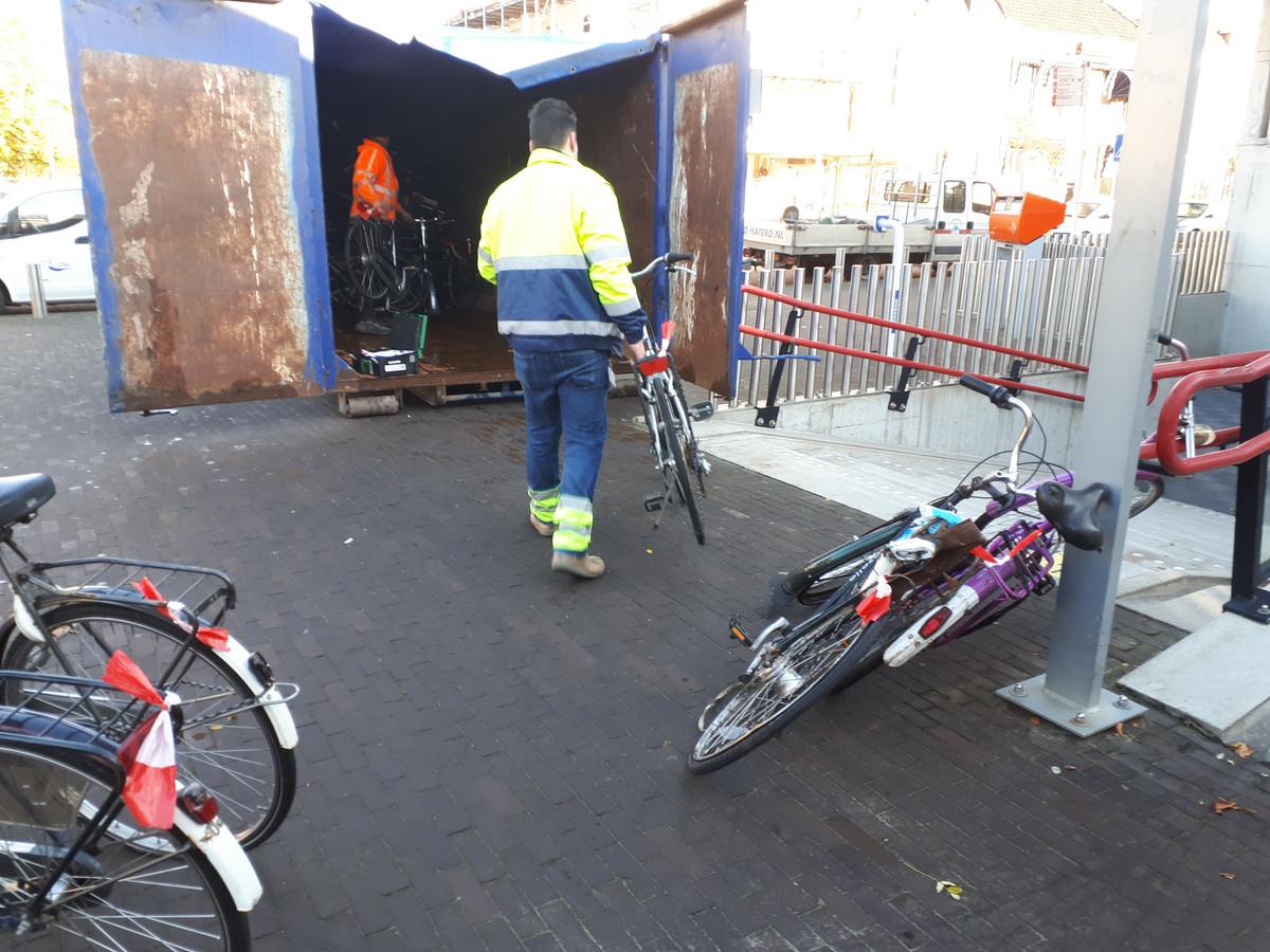 Ruim honderd fietsen die kennelijk niet meer gebruikt worden, worden door de gemeente afgevoerd.