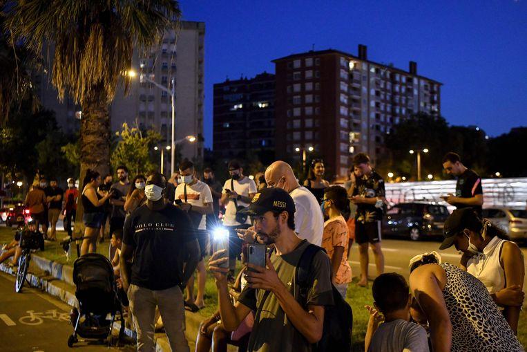 De supporters van Barcelona kwamen rouwen voor het stadion. Beeld AFP