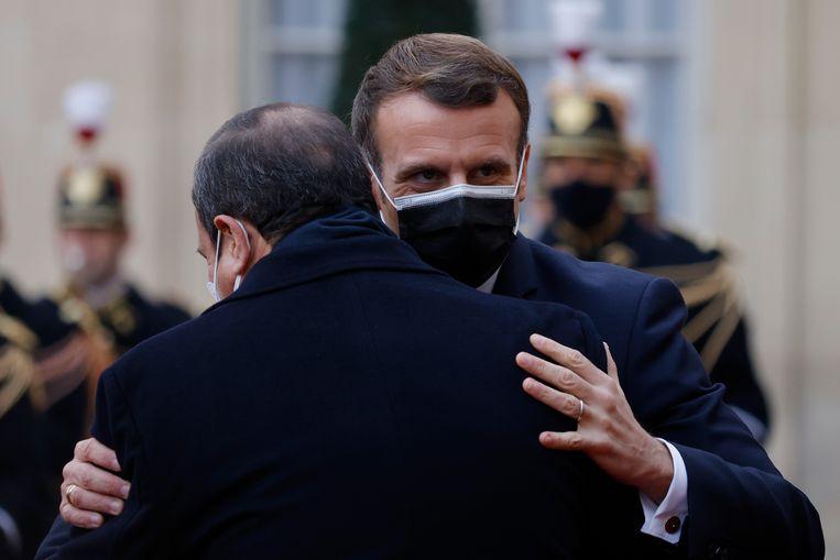 De Franse president Emmanuel Macron begroet zijn Egyptische ambtgenoot Abdel Fattah al-Sisi bij het Elysée in Parijs.  Beeld EPA