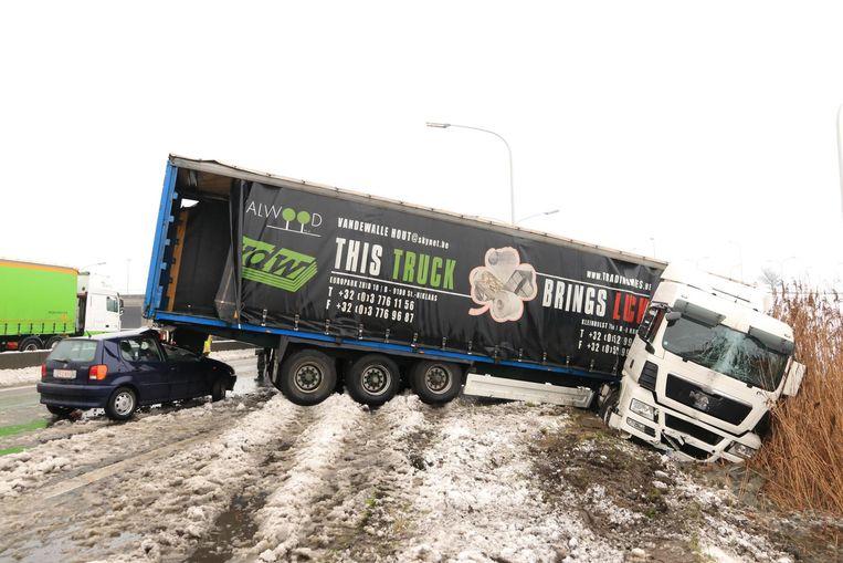 Een bestuurder reed in op een vrachtwagen die in de schaar was gegaan.