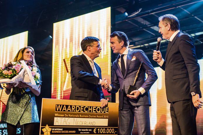 Jan Peter Balkenende reikt de Nationale Business Succes Award uit.